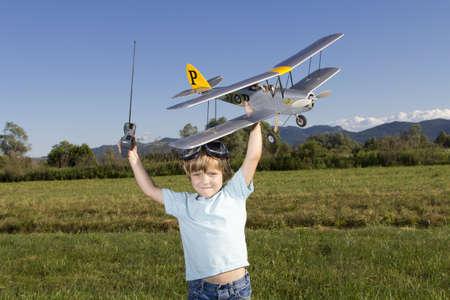 rc: 웃는 행복 젊은 소년과 그의 RC 비행기 스톡 사진
