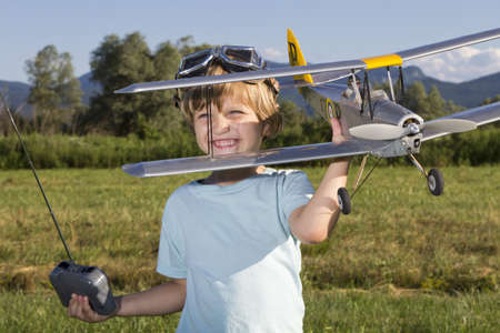 rc: 행복 한 어린 소년과 그의 새로운 RC 비행기 스톡 사진