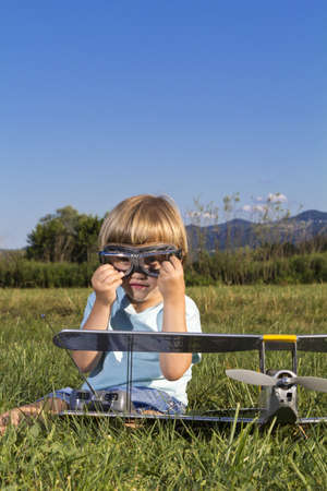 rc: 작은 악당 소년과 새로운 RC 비행기