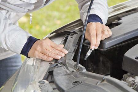 Changing halogen bulb in car headlight Standard-Bild