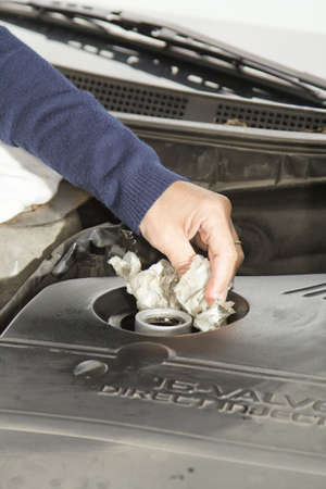 the emancipation: Car maintenance-Cleaning car motor after adding oil