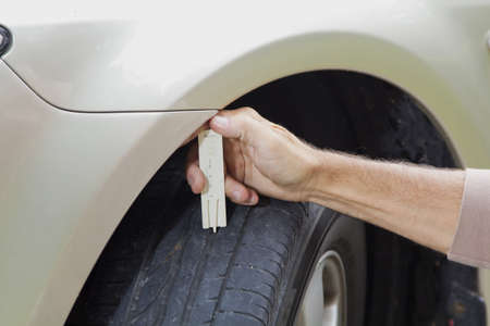 Measuring profile at the car tire with tread depth meter