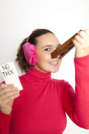 Mujer linda joven con pinza gigante en la nariz, no quiero usar pañuelo nada más