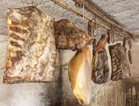 jamones: Interior de una bodega muy antigua con delicatessen carne seca