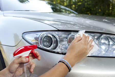 cleaning car: Limpieza de los faros del coche, de cerca