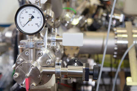 Manómetro, instrumento de precisión en el laboratorio nuclear, de cerca