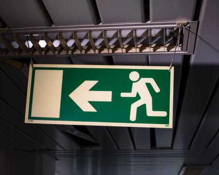 salida de emergencia: Se�al de salida de emergencia en la sala de