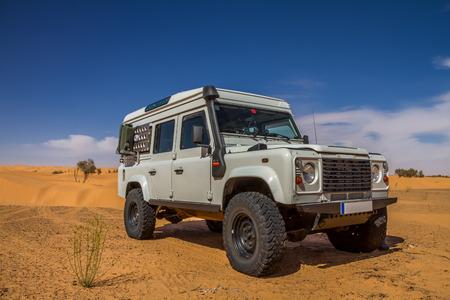 4x4 Gelände Auto an der tunesischen Wüste Standard-Bild - 28802870