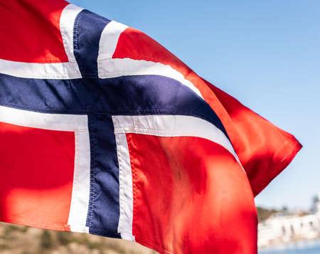 Bandera de Noruega ondeando en el viento Foto de archivo