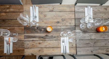 tafel set op eettafel met houten stoelen.