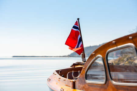 The norwegian flag in the aft mast of a wooden boat. Standard-Bild