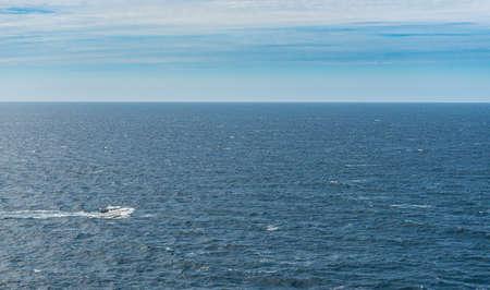 Un crucero de cabina blanco que cruza el mar abierto.