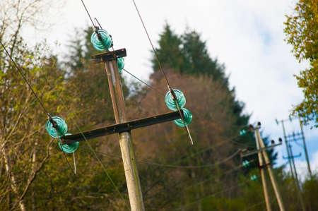 Strommasten mit grünen Glasisolatoren. Standard-Bild