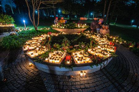 Göteborg, Sweden - november 02 2019: Grave candles on a cemetery on all saints eve. 新闻类图片