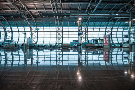 Göteborg, Sweden - July 09 2008: Glass wall in a waiting area at an airport. 新闻类图片