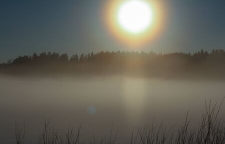Mistig in ochtendtijd met zonsopgang Stockfoto