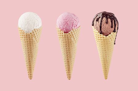 Set of classic flavor ice cream cones in waffle cone - white, pink, brown with chocolate sauce on pink background. 스톡 콘텐츠