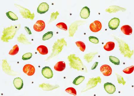 Wellness seamless food pattern - slices cherry tomato, cucumber and green salad as flying levitate flow on white background. 免版税图像