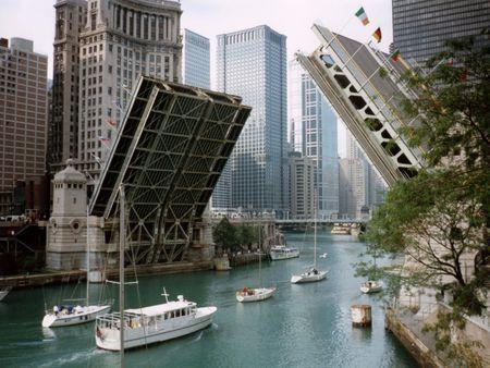 trekken: Michigan Avenue brug verhoogd, Chicago Stockfoto