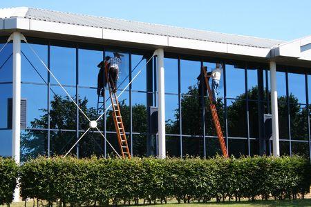 personal de limpieza: Dos limpiadores de ventanas en el trabajo