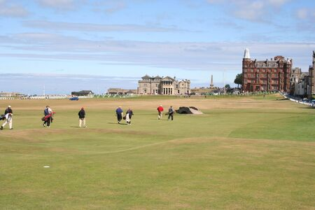 andrews: Golfers walking to Club House, St Andrews Stock Photo
