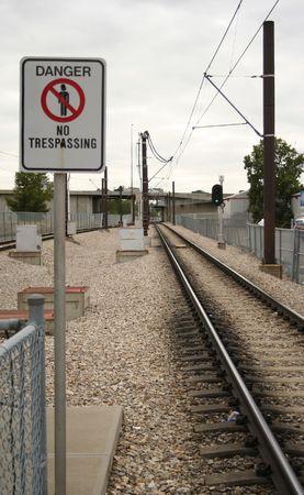 prohibido el paso: peligro de no pasar de ferrocarril  Foto de archivo