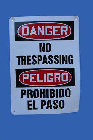 no trespassing: Muestra biling�e de la construcci�n ninguna violaci�n