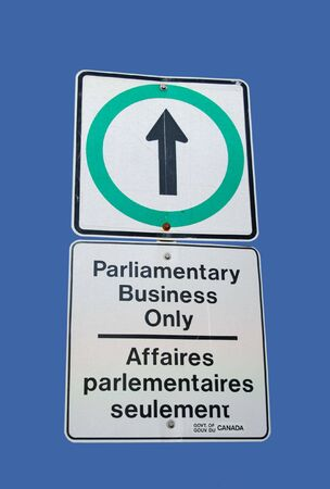parlamentario: biling�e de los trabajos parlamentarios �nico signo en Ingl�s y franc�s  Foto de archivo