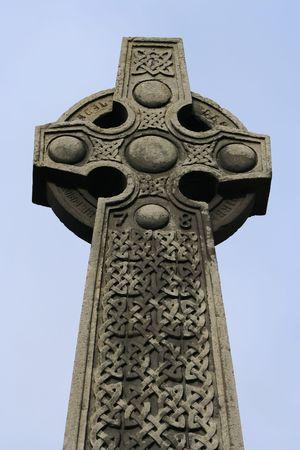 croce celtica: Croce celtica vicino Castello di Edimburgo in Scozia