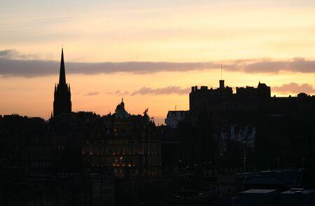 ufortyfikować: Edinburgh Castle i wieży kościoła w Tolbooth o zmierzchu Zdjęcie Seryjne