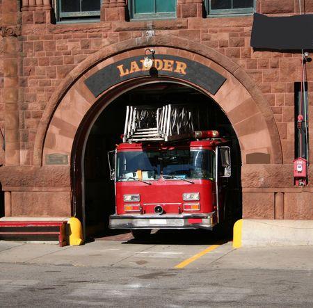 camion pompier: camion d'incendie de quitter la caserne de pompiers