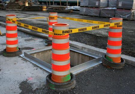 Gefahr Band Barriere rund um tiefes Loch auf Baustelle