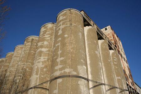 disused: ascensor en desuso para el almacenamiento de grano de trigo con cielo azul