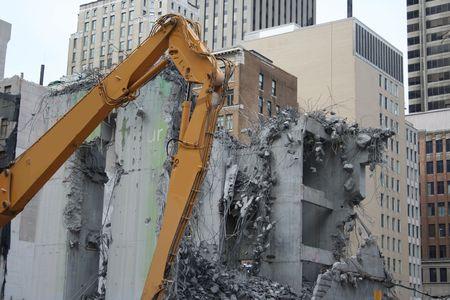 maquinaria pesada: rascacielos de demolici�n con maquinaria pesada Foto de archivo