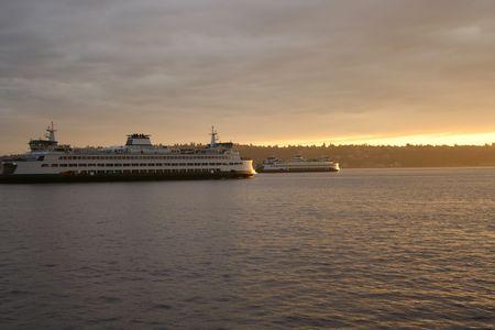 puget sound: Traghetti passando in Puget Sound al tramonto Archivio Fotografico