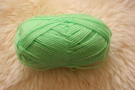 sheepskin: Bola de lana verde sobre fondo blanco piel de oveja