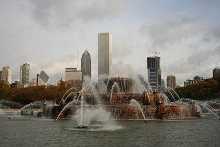 aon: buckingham fountain and chicago skyline from Grant Park Stock Photo
