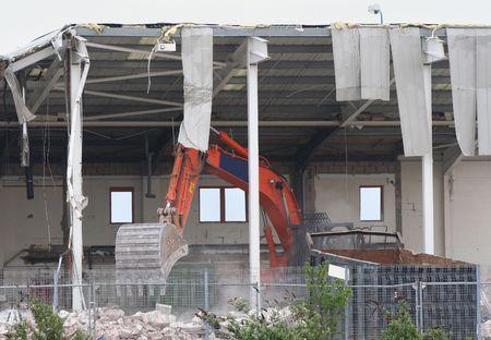 maquinaria pesada: edificio en demolici�n con maquinaria pesada