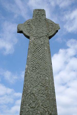 croce celtica: Croce celtica contro cielo blu Iona Scozia Archivio Fotografico