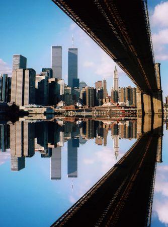 gemelas: World Trade Center y el Puente de Brooklyn, que se refleja la ciudad de Nueva York  Foto de archivo