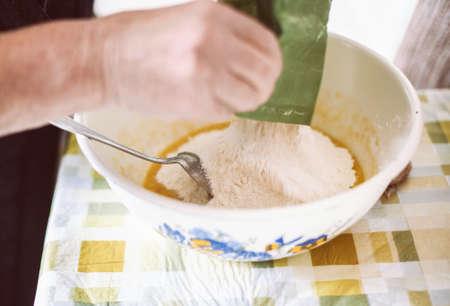 祖母のパンケーキねり粉を準備