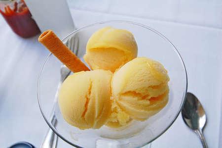 sorbet: sorbete de mango en el plato de cristal en la mesa
