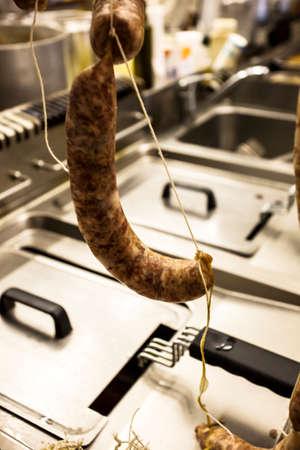 jamones: El procesamiento del cerdo y su transformación en carnes, embutidos y otros productos de artesanía. Foto de archivo