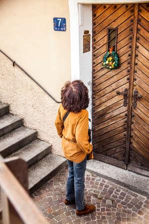 casa vecchia: Una donna guarda una vecchia casa a Trieste, Italia