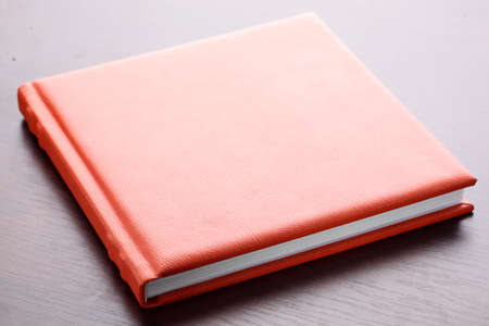 reference book: libro de cuero de color naranja sobre fondo brillante