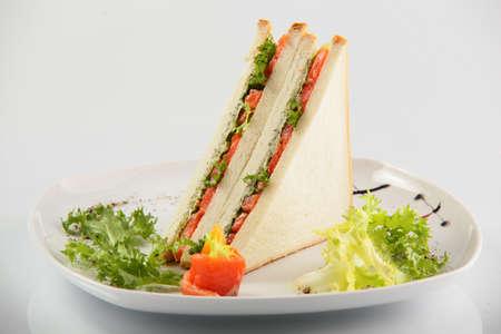 sandwich de pollo: s�ndwich fresco y sabroso en el fondo blanco
