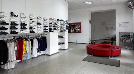 tienda de ropa: blanco limpio y marca de la tienda de zapatos nuevos Editorial