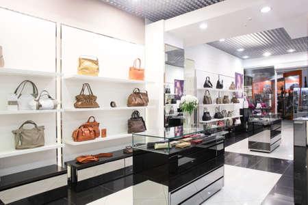 heldere en luxe europese tas en sieraden winkel Redactioneel
