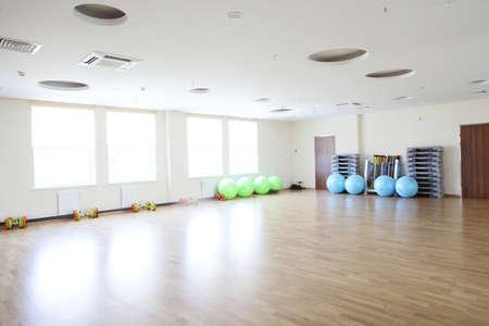 salle de sport: vide et plein de lumi�re gymnase europ�enne avec grand miroir Banque d'images
