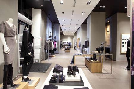 kledingwinkel: luxe en modieuze europese verschillende kleren winkel Stockfoto